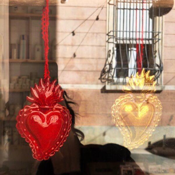 Elvira Keller Ex Voto Cuori ceramica rosso oro vetrina riflesso